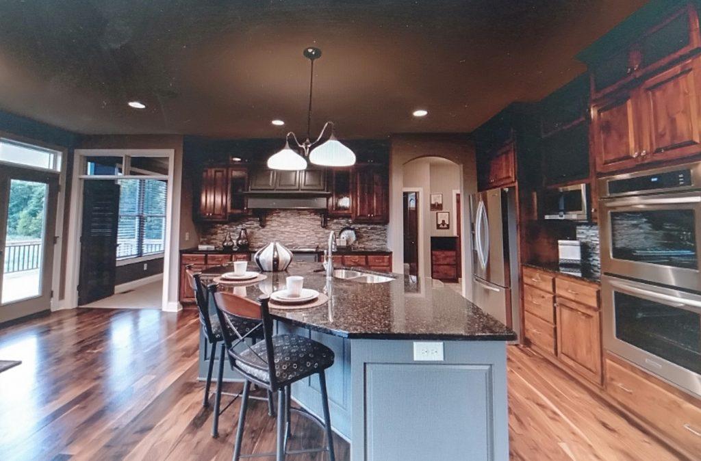 phòng bếp biệt thự với gam màu tươi